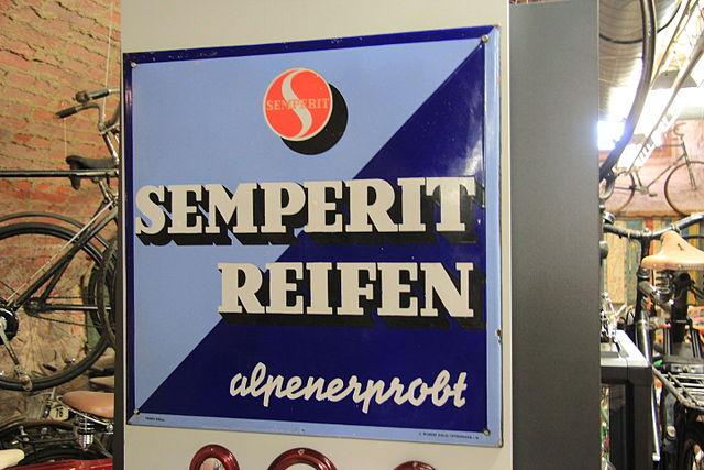 Старый рекламный щит шин Semperit
